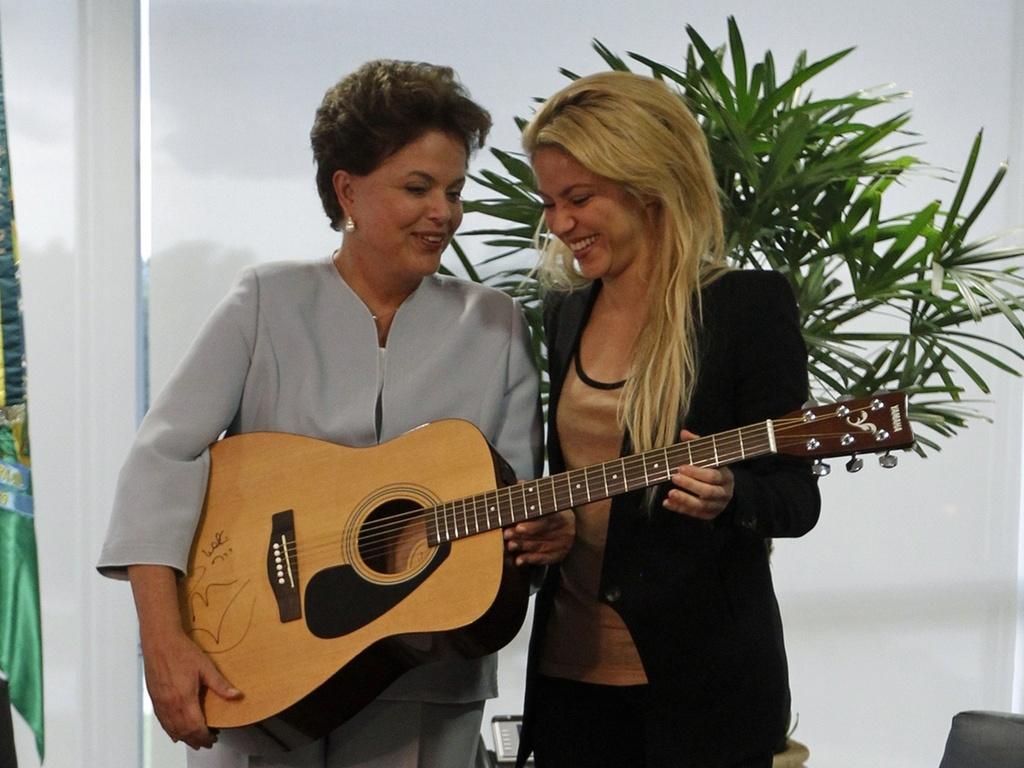 Em visita a Dilma Rousseff em Brasília, a cantora colombiana Shakira doou um violão autografado à presidente