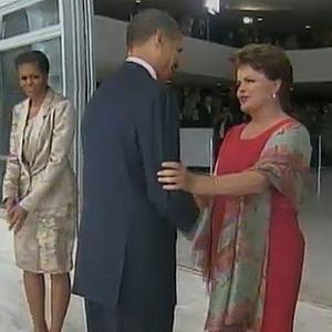 Dilma cumprimenta Obama na chegada ao Planalto