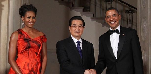 O presidente chinês Hu Jintao, o presidente dos EUA, Barack Obama, e a primeira-dama, Michelle Obama antes de jantar de gala durante visita do presidente chinês ao Estados Unidos, em janeiro de 2011