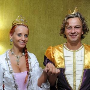 Os noivos Denise e Marcelo, que se casaram usando roupas baseadas nos personagens Fiona e Shrek