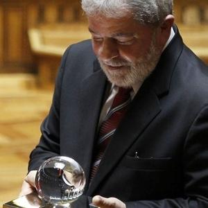 O ex-presidente Lula recebe prêmio no Parlamento português, em Lisboa, pelo combate à pobreza