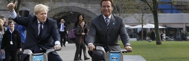O prefeito de Londres, Boris Johnson , e governador da Califórnia, Arndol Schawrzenegger, andam de bicicleta enquanto posam para os fotógrafos, em Londres