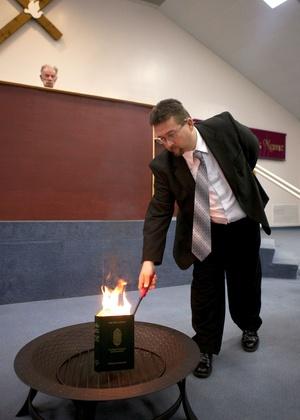 Pastor norte-americano Wayne Sapp, da igreja de Terry Jones (alto), queima o Corão, nos EUA