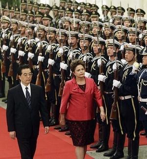 Os presidentes Hu Jintao (China) e Dilma Rousseff (Brasil) participam de cerimônia no Grande Palácio do Povo de Pequim