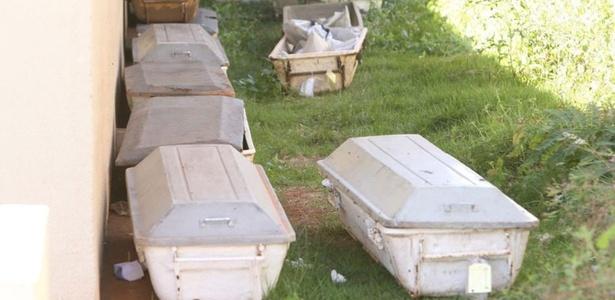 Corpos em caixões metálicos são deixados ao ar livre no IML em Goiânia e causam mau cheiro