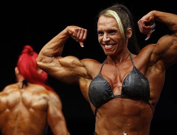 Mulher participa de Competição de Fisiculturismo em feira alemã