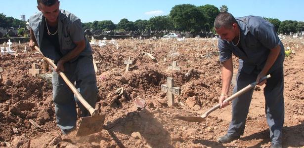 Atirador de Realengo é enterrado no Rio como corpo não-reclamado