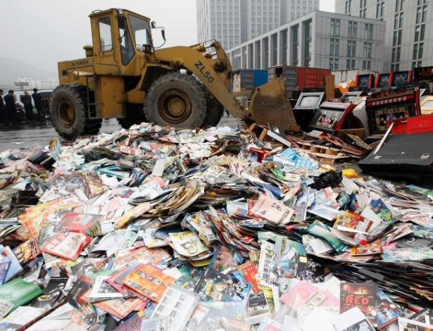 Escavadora destroi cópias ilegais de mídias em campanha contra a pirataria na China