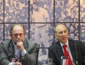 José Eduardo Dutra, que deixa a presidência do PT; ao lado Rui Falcão, que assume