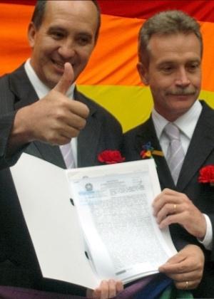 Casal homossexual mostra documento que oficializa união estável entre dois homens, em Curitiba