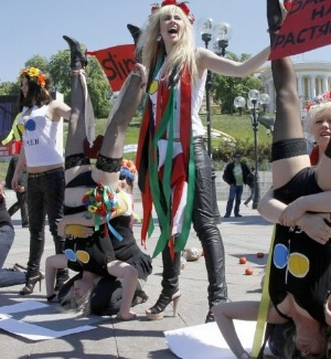 As ativistas ucranianas do movimento de mulheres Femen protestam nesta quarta-feira (11) contra as polticas do presidente Aleksandr Lukashenko para Belarus. A manifestao aconteceu na praa da Independncia, em Kiev (Ucrnia) 