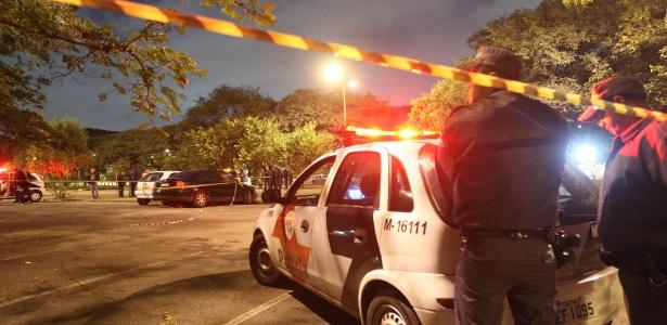 Carro da Polícia Militar permanece no local onde jovem foi morto na noite de quarta-feira (18), na Universidade de São Paulo
