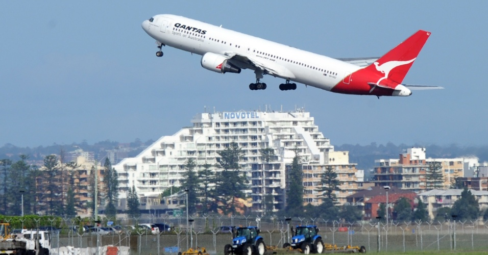 Boeing 767-300 da Qantas decola no aeroporto de Sydney, na Austrália