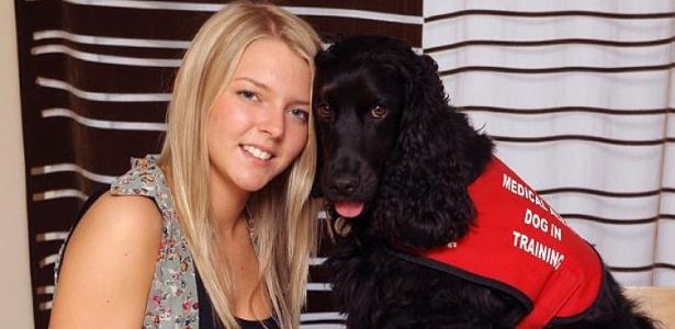 Kelly, 19, com Theo, 2; o cão é treinado para acordar a adolescente e evitar que ela se machuque