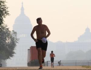 Homem corre em parque em Washington, em mais um dia de altas temperaturas nos EUA