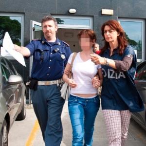 A espanhola Estíbaliz Carranza é escoltada por policiais depois de ser detida em Udine, na Itália, em 2011