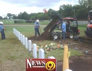 Corpo de Kenneth Manis é retirado de cemitério