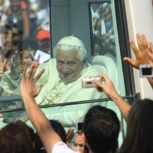 O papa Bento 16 é aplaudido por fieis ao chegar à Basílica de Aparecida, em São Paulo, durante sua primeira visita ao Brasil em maio de 2007