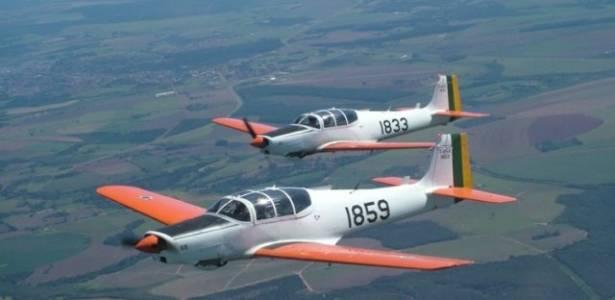 Aeronave T-25, similar ao modelo envolvido no acidente; testemunha ouviu estrondo