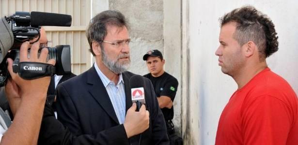 Em entrevista, Macarrão (camisa vermelha) diz que sangue em carro de Bruno era de Eliza Samudio