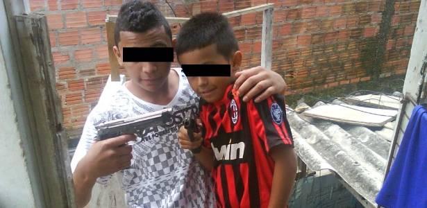 Policiais de Porto Alegre encontram fotos de crianças exibindo armas de fogo