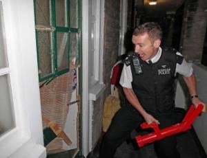 http://n.i.uol.com.br/noticia/2011/08/11/policial-tenta-arrombar-porta-de-casa-de-suspeito-de-participar-da-onda-de-violencia-em-londres-a-policia-faz-operacao-para-tentar-recuperar-objetos-roubados-durante-a-onda-de-saques-e-violencia-que-1313069633768_300x230.jpg