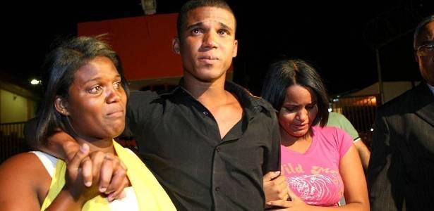 Sergio Rosa Sales, primo do goleiro Bruno, deixa a prisão em Ribeirão das Neves (MG) e é recebido por duas irmãs