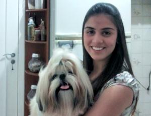 Imagem mostra dona segurando cão da raça shih tzu que foi atacado e morto por pit bull em Mato Grosso