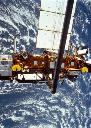 Foto da Nasa mostra satélite do tamanho de um ônibus que foi retirado de funcionamento em 2005