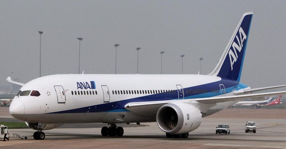 Um dos maiores aviões comerciais do mundo, a aeronave Boeing 787 Dreamliner taxia no aeroporto Indira Gandhi, em Nova Délhi. Após três anos de atraso, Boeing entrega aeronaves encomendadas por companhia aérea japonesa