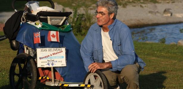 O aventureiro Jean Béliveau descansa ao lado de um lago em Ontário, no Canadá