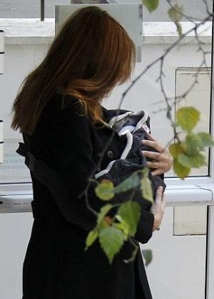 A primeira-dama francesa, Carla Bruni, é fotografada deixando a maternidade com a filha recém-nascida, Giulia, em Paris