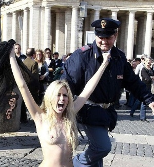 Policial tenta impedir protesto do grupo feminista Femen na praa de So Pedro, no Vaticano 