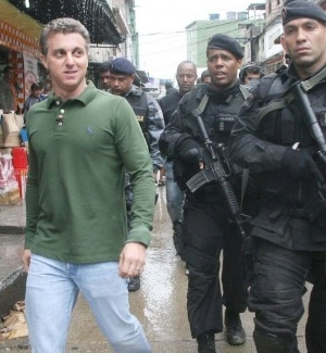 O apresentador da Rede Globo, Luciano Huck, esteve na favela da Rocinha nesta quarta para gravação do programa