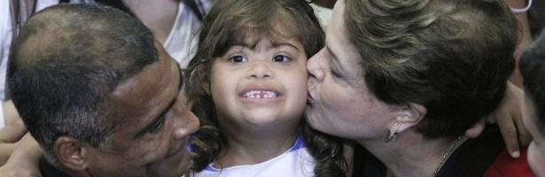 Presidente Dilma Rousseff beija Ive, filha do deputado federal Romário (PSB- RJ), durante apresentação do Plano Nacional dos Direitos da Pessoa com Deficiência, em Brasília
