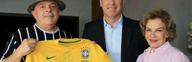 O técnico da seleção brasileira e ex-treinador do Corinthians, Mano Menezes, visita Lula e posa para foto ao lado do ex-presidente e de Marisa Letícia.