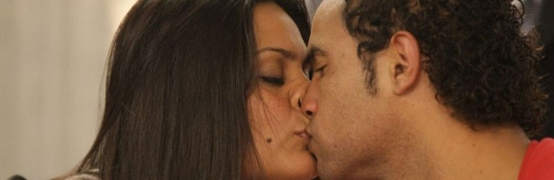 Ingrid Calheiros Oliveira, noiva do goleiro Bruno Souza, beija o companheiro durante depoimento na Comisso de Direitos Humanos da Assembleia Legislativa de Minas Gerais