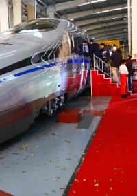 Visitantes testam novo modelo de trem de alta velocidade da construtora de ferrovias CSR