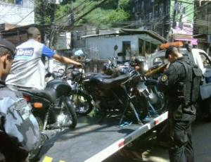 A blitz foi montada nas proximidades da estrada da Gávea, uma das principais vias da região, e terminou com a apreensão de outras 67 motocicletas, além de quatro vans em situação irregular
