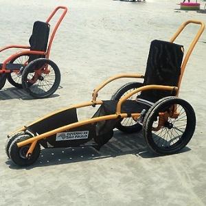 Cadeiras anfíbias podem ser usadas em praias de água salgada, no mar, e de água doce, em rios