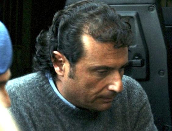 O capitão da embarcação que naufragou na sexta-feira (13), Francesco Schettino, deixa audiência no tribunal de Grosseto. Ele está preso acusado de abandono de navio e naufrágio. A Justiça autorizou que ele seja transferido para a prisão domiciliar