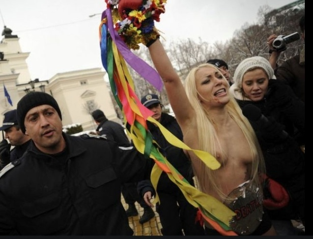 Ativistas ucranianas do grupo Femen protestam seminuas em frente ao prdio do Parlamento em Sofia, capital da Bulgria, neste sbado (21)