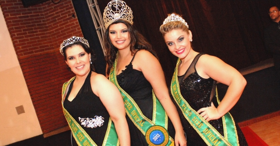 Cleo Fernandes (centro), de Goi&#226;nia (GO), foi coroada Miss Brasil Plus Size (MBPS). Mirelle Birck (direita) ficou na 2&#170; posi&#231;&#227;o. Em 3&#186;lugar ficou Carolina Lages (esquerda)
