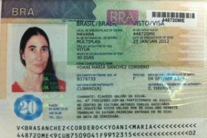 Yoni Sánchez mostra o visto concedido pelo governo brasileiro