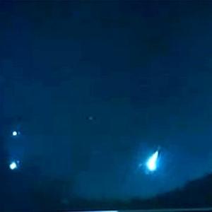 Moradores dizem que essas luzes no céu são OVNIs