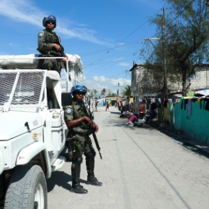 Soldados brasileiro patrulham ruas do Haiti