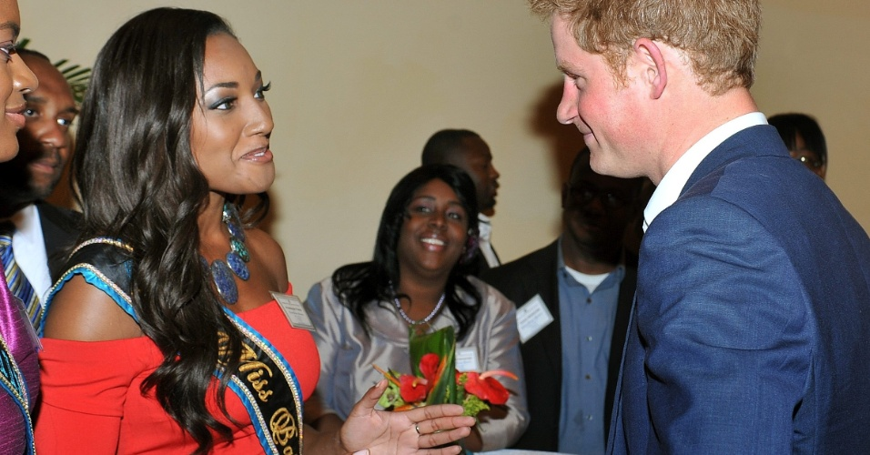 Miss Bahamas 2011, Anastagia Pierre, conversa com Harry em Nassau, nas Bahamas