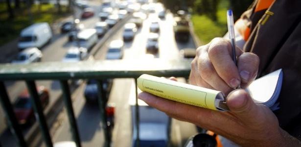 Agente da CET aplica multa na marginal Tietê: em São Paulo, 18% das infrações recebem pedido de transferência de pontos. Mas o órgão não consegue dizer quantos são ilegítimos