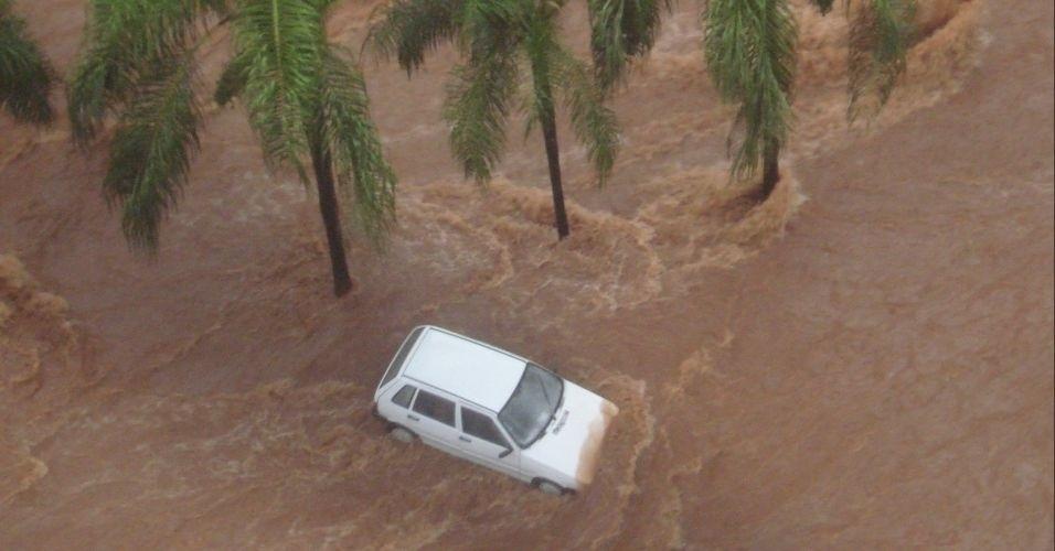 10.mar.2012 - Carro fica preso em alagamento durante temporal em São José do Rio Preto (SP), neste sábado
