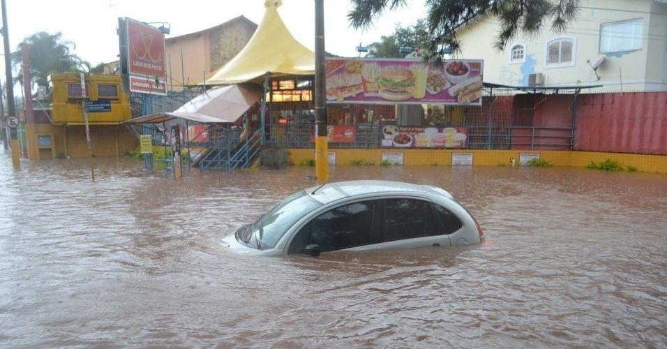 11.fev.2012 - Ponto de alagamento na Praça Cícero Miranda, em Guarulhos, na Grande São Paulo, após as fortes chuvas que atingiram a região na tarde deste sábado. Veja aqui mais fotos de chuvas pelo Brasil